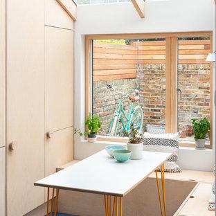 Idéer för att renovera en liten minimalistisk matplats, med blått golv och vita väggar