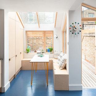 Exempel på en mellanstor skandinavisk matplats, med blått golv och vita väggar