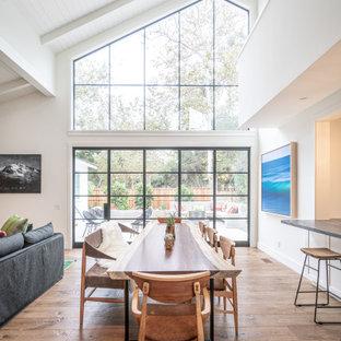 Idée de décoration pour une très grand salle à manger ouverte sur le salon tradition avec un mur blanc, un sol en bois brun, une cheminée standard, un manteau de cheminée en plâtre, un sol marron et un plafond en lambris de bois.