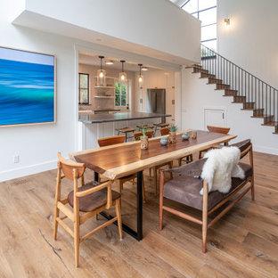 Inspiration för en mellanstor funkis matplats med öppen planlösning, med vita väggar, mellanmörkt trägolv, en standard öppen spis, en spiselkrans i gips och brunt golv