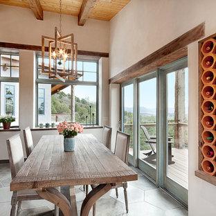 Diseño de comedor de estilo americano con paredes beige