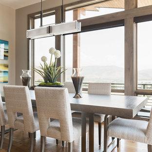 Immagine di una sala da pranzo rustica con pareti beige e pavimento in legno massello medio