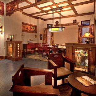 Idee per una grande sala da pranzo stile americano chiusa con pareti beige, pavimento in sughero e nessun camino