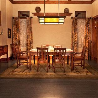 Immagine di una grande sala da pranzo rustica chiusa con pareti beige, pavimento in sughero e nessun camino