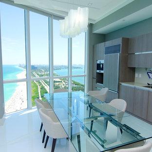 Esempio di una sala da pranzo aperta verso la cucina moderna di medie dimensioni con pareti bianche, pavimento in gres porcellanato e pavimento bianco