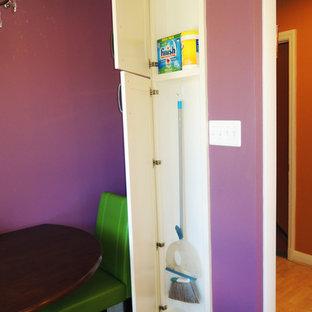 Ispirazione per una piccola sala da pranzo boho chic chiusa con pavimento in laminato, pavimento marrone, pareti rosa e nessun camino