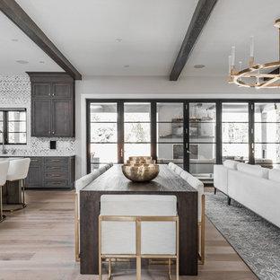 Exempel på ett mycket stort modernt kök med matplats, med beige väggar, mellanmörkt trägolv och brunt golv