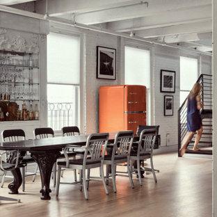 Bild på en industriell matplats, med vita väggar, ljust trägolv och beiget golv
