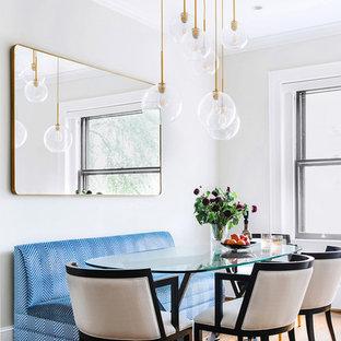 Foto di una sala da pranzo aperta verso il soggiorno design di medie dimensioni con parquet scuro, pareti grigie, nessun camino e pavimento marrone