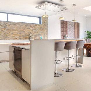 Esempio di una grande sala da pranzo aperta verso la cucina minimalista con pavimento in gres porcellanato