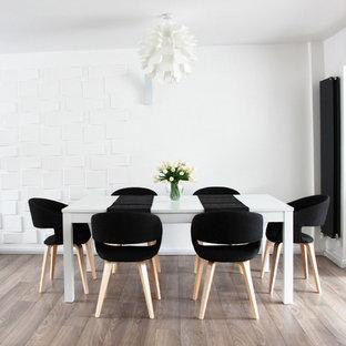 Idéer för mellanstora funkis matplatser med öppen planlösning, med vita väggar och plywoodgolv