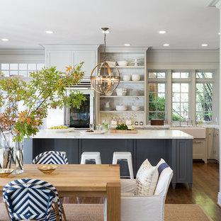 Ispirazione per una grande sala da pranzo aperta verso la cucina stile marinaro con parquet scuro