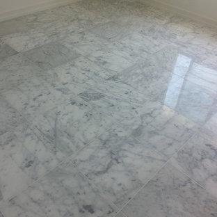 Modelo de comedor de cocina de estilo zen, grande, con paredes blancas y suelo de mármol