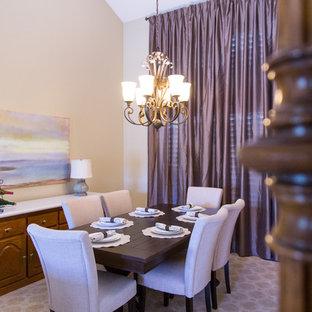 Réalisation d'une salle à manger tradition fermée et de taille moyenne avec un mur beige, un sol en carrelage de céramique, aucune cheminée et un sol beige.