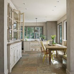 Diseño de comedor de cocina clásico renovado, de tamaño medio, con paredes grises y suelo de pizarra