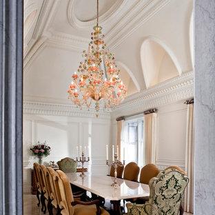 Diseño de comedor tradicional, grande, cerrado, sin chimenea, con paredes blancas y suelo de mármol
