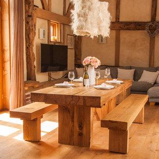 Idee per una grande sala da pranzo aperta verso il soggiorno rustica con pareti beige, pavimento in legno massello medio e nessun camino