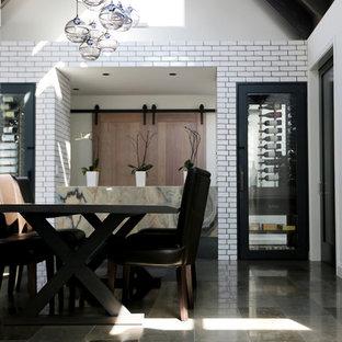 Ejemplo de comedor industrial, grande, cerrado, sin chimenea, con paredes blancas y suelo de piedra caliza