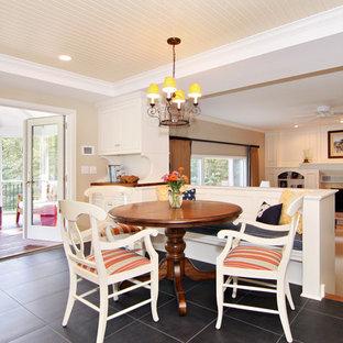 Ispirazione per una sala da pranzo aperta verso la cucina chic con pareti beige e pavimento in ardesia