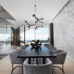 Idée de décoration pour une très grande salle à manger minimaliste avec un mur blanc, aucune cheminée et un sol beige.
