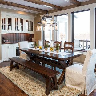 Foto di una sala da pranzo classica con pareti marroni e parquet scuro