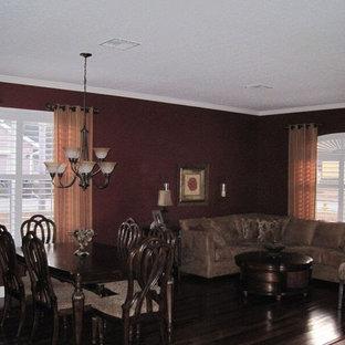 Klassisk inredning av en mellanstor matplats med öppen planlösning, med röda väggar och mörkt trägolv