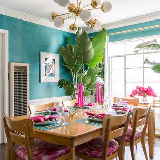Exemple d'une salle à manger éclectique fermée avec un mur bleu, un sol en vinyl et un sol marron.
