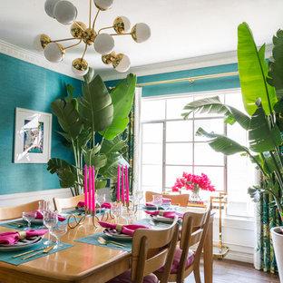 Foto di una piccola sala da pranzo eclettica chiusa con pareti blu, pavimento in vinile e pavimento marrone