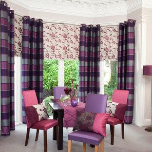 Immagine di una sala da pranzo aperta verso il soggiorno boho chic di medie dimensioni con pareti viola, moquette e pavimento grigio