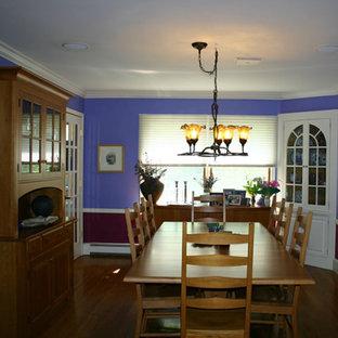 Новый формат декора квартиры: отдельная столовая среднего размера в классическом стиле с фиолетовыми стенами, паркетным полом среднего тона и фиолетовым полом
