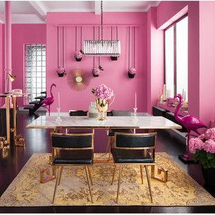 マイアミの大きいミッドセンチュリースタイルのおしゃれな独立型ダイニング (ピンクの壁、コンクリートの床、暖炉なし、黒い床) の写真