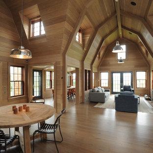 Ejemplo de comedor rural, grande, abierto, con suelo de madera clara, chimenea tradicional, marco de chimenea de ladrillo y suelo beige