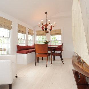 Foto di una piccola sala da pranzo stile americano chiusa con pareti bianche, parquet chiaro e pavimento beige