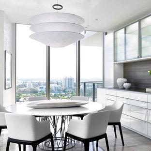 Diseño de comedor contemporáneo, de tamaño medio, cerrado, sin chimenea, con paredes blancas y suelo de mármol