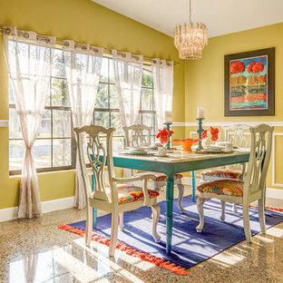 Immagine di una sala da pranzo boho chic chiusa e di medie dimensioni con pareti gialle, moquette e nessun camino