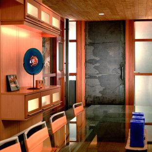 Foto di un'ampia sala da pranzo etnica chiusa con nessun camino, pareti beige, pavimento in ardesia e pavimento nero