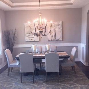 Réalisation d'une salle à manger ouverte sur le salon tradition de taille moyenne avec un mur beige, un sol en bois foncé et un sol marron.
