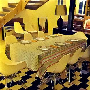 Idee per una sala da pranzo aperta verso la cucina di medie dimensioni con pareti bianche, pavimento in laminato e pavimento nero