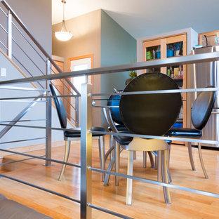 Ispirazione per una piccola sala da pranzo aperta verso la cucina industriale con pareti grigie, parquet chiaro, nessun camino e pavimento beige