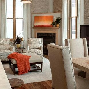 Modelo de comedor tradicional renovado, grande, abierto, con paredes grises, suelo de madera en tonos medios, chimenea tradicional, marco de chimenea de madera y suelo marrón