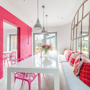 他の地域の中サイズのエクレクティックスタイルのおしゃれな独立型ダイニング (白い床、ピンクの壁) の写真