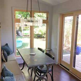 На фото: маленькая кухня-столовая в стиле кантри с серыми стенами, пробковым полом и коричневым полом