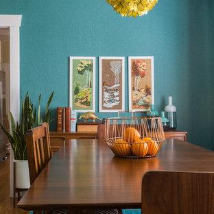 Idee per una piccola sala da pranzo aperta verso il soggiorno bohémian con pareti blu, pavimento in legno massello medio e nessun camino