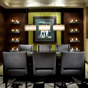 Ispirazione per una sala da pranzo contemporanea chiusa e di medie dimensioni con pareti verdi, pavimento in gres porcellanato e pavimento beige