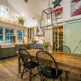 Inspiration för ett stort lantligt kök med matplats, med mellanmörkt trägolv