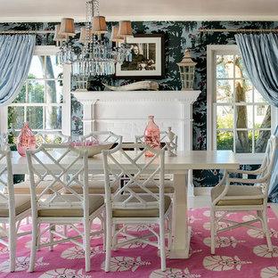 Ispirazione per una sala da pranzo tradizionale con pareti blu, camino classico e cornice del camino in mattoni
