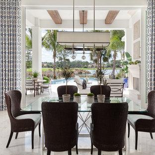 Esempio di una sala da pranzo costiera con pareti bianche e pavimento beige