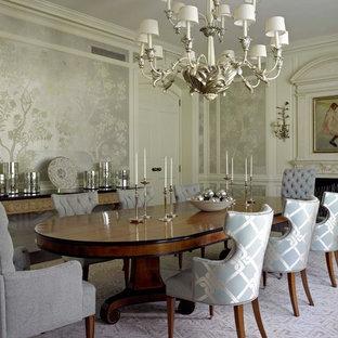 Ispirazione per una sala da pranzo stile marino chiusa con pareti con effetto metallico e camino classico