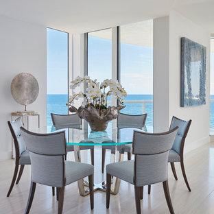 Diseño de comedor costero, abierto, sin chimenea, con paredes blancas, suelo gris y suelo de baldosas de porcelana