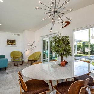 Esempio di una sala da pranzo aperta verso la cucina minimalista di medie dimensioni con pareti bianche, pavimento in gres porcellanato e pavimento bianco